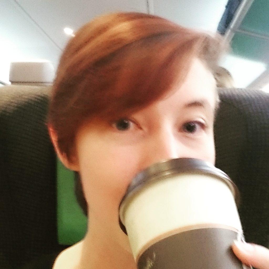 På väg mot mässan! Med en stor kaffe. Det var tiiidigt.